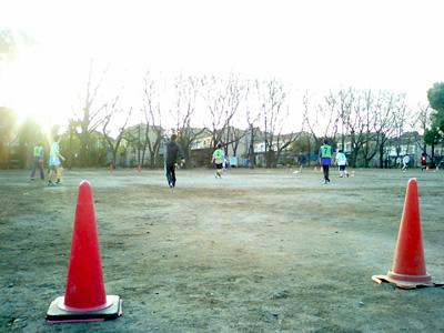 球蹴りに戯れる人々