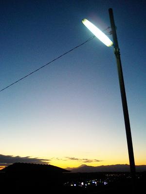 夕闇に染まる富士
